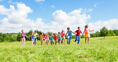 57585943 - Large group of kids running in the park © Sergey Novikov - fotolia.com
